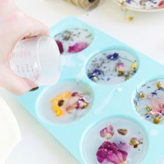 DIY Flower Power Scented Wax Sachets - Today we& giving you a DIY on beautiful, scented wax sachets, which are super easy to customize based on your own preferences. Diy Candles Scented, Homemade Candles, Soy Candles, Flower Power, Zucker Schrubben Diy, Wax Tablet, Scented Sachets, Sugar Scrub Diy, Homemade Soap Recipes