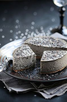 Black sesame cheesecake love that it looks like rock Asian Desserts, Just Desserts, Cheesecake Recipes, Dessert Recipes, Yummy Treats, Sweet Treats, Black Food, Cheesecakes, Queso