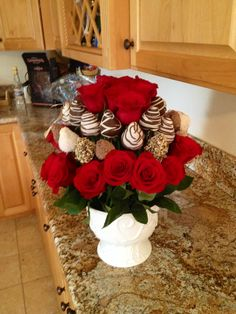 Best Ideas Chocolate Covered Strawberries Bouquet With Roses - Chocolate 🍫 Valentine Desserts, Valentines Day Treats, Edible Fruit Arrangements, Edible Bouquets, Chocolate Dipped Strawberries, Chocolate Covered Strawberries, Milk Shakes, Strawberry Tower, Candy Bouquet