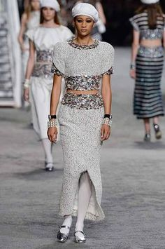 Chanel Resort 2019 Fashion Show Collection: See the complete Chanel Resort 2019 collection. Look 73 Selena Forrest 20s Fashion, Tween Fashion, Chanel Fashion, Runway Fashion, High Fashion, Fashion Outfits, Womens Fashion, Fashion Trends, Chanel Resort