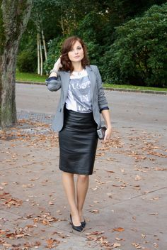 De aquí: https://fashioninthestreet.wordpress.com/tag/leather-skirt/