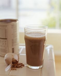 The best things to eat to lose belly fat: Protein powder contains amino acids that burn fat and build muscle. Add two teaspoons to a smoothie for a fat-busting drink. Find it at health food stores.