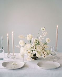 Floral Wedding Centerpieces Planning and Tips - Love It All Flower Centerpieces, Wedding Centerpieces, Wedding Decorations, Table Decorations, Centrepieces, White Centerpiece, Centerpiece Ideas, Wedding Themes, White Wedding Flowers