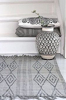 pretty black & white decor // Home & Living: Flurideen - tapis Modern Moroccan Decor, Moroccan Interiors, Moroccan Design, Moroccan Style, Moroccan Furniture, Ethno Design, Style Marocain, White Decor, Black Decor