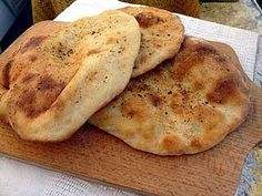 Chlebki Naan: To mój ulubiony i bardzo prosty przepis na chlebki Naan. Nie wymaga użycia jajek... Polish Recipes, Naan, Food Inspiration, Love Food, Food To Make, Food Porn, Food And Drink, Cooking Recipes, Yummy Food