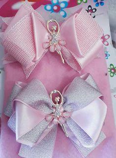 Laço Bela, na cor off white com acabamento de bailarina 💘💘💘! Pode ser feito em outras cores e temos a… Ribbon Art, Diy Ribbon, Fabric Ribbon, Ribbon Bows, Fabric Flowers, Ribbons, Fancy Bows, Cute Bows, Diy Hair Bows