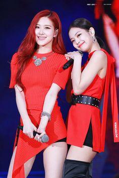 Rose and Jennie//BlackPink Kpop Girl Groups, Korean Girl Groups, Kpop Girls, Kim Jennie, Blackpink Wallpaper, 1 Rose, Kim Jisoo, Blackpink Photos, Girl Bands