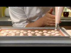 Roger van Damme Desserts - Makarons met amandelcrème en gemarineerde fra...