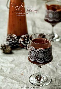 BAYADERKA : Likier czekoladowy  składniki: 250 ml wódki 160 g dobrej czekolady szczypta cynamonu łyżka dobrej kawy rozpuszczalnej 35 ml śmietanki tortowej 250 g słodzonego mleka zagęszczonego Fun Drinks, Alcoholic Drinks, Liquid Luck, Coffea Arabica, Chocolate Liqueur, Christmas Cocktails, Polish Recipes, Irish Cream, Christmas Cooking
