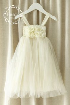 The adorable dress is prefect for shabby chic and romantic vintage weddings. It is design with gorgeous chiffon flowers at the chest. The interior of the dre...