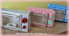 Mini Microwave oven from a pencil sharpener step by step Barbie Miniatures, Dollhouse Miniatures, Miniature Crafts, Miniature Dolls, Miniature Kitchen, Dollhouse Accessories, Doll Accessories, Diy Barbie Furniture, Dollhouse Tutorials