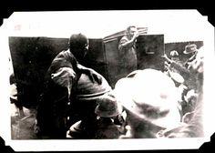 Laaste bewese twee foto's wat van Jopie Fourie geneem is die oggend van sy fusilering: Waar hy in die Swart-Meraai klim en sy laaste vaarwel waai. Armed Conflict, African History, Old Pictures, South Africa, Earth, Country, Antique Photos, Rural Area, Old Photos