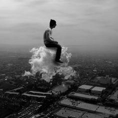 un hombre volando en una nube