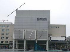 Dit is de Rotterdamse schouwburg, hier worden voorstellingen, dansvoorstellingen of evenementen gehouden. Denk bijvoorbeeld aan het filmfestival. Wij kregen een rondleiding achter schermen, ik vond het heel interessant omdat je nooit evht door heb wat er allemaal achter de schermen moet gebeuren.