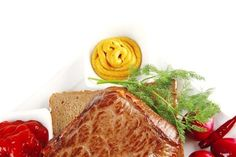 Стейк из маринованной пашины на хлебе с вялеными томатами и чесноком