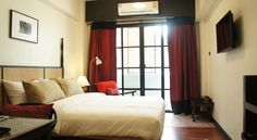 RCN Court & Inn Chiang Mai RCN Court & Inn is located in Chiang Mai, a 10-minute walk from the Sunday Market Walking Street. The hotel offers a restaurant, free parking and rooms with cable TV.  The air-conditioned rooms at Court Inn RCN are furnished with a refrigerator.