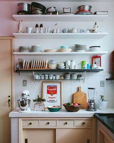 """Histórias de Casa no Instagram: """"na @casadachris, cada canto tem um encanto (hehe, rimou)! capaz de enxergar beleza até nas coisas mais simples, a Chris fez questão de manter os detalhes originais da casinha dos anos 50... é claro que ideias novas também são bem-vindas, o que deixa a decoração charmosa e ao mesmo tempo divertida! se ainda não viu, o Capítulo 1 foi publicado hoje no blog ♥ corre lá!"""