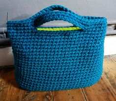 Very nice bag. Knit Basket, Basket Bag, Tunisian Crochet, Knit Crochet, Crochet Handles, Crotchet Patterns, Crochet World, String Bag, Crochet Purses