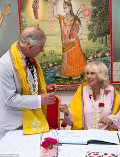 Camilla, Duchess of Cornwall and Prince Charles, Prince of Wales visit a 200 year old Krishna Temple on day 3 of a Royal tour of the United Arab Emirates on November 2016 in Manama, Bahrain. Camilla Duchess Of Cornwall, Camilla Parker Bowles, Prince Charles And Camilla, Royal Albert Hall, Floral Garland, Herzog, British Monarchy, Prince Of Wales, Queen Elizabeth Ii