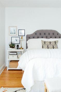 Un dormitorio con un cabecero de Capitoné!