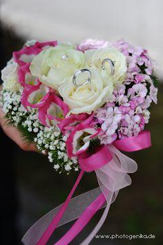 Ringkissen Blumenherz Rosen creme, Schleierkraut  und rosa Blüten, pinke Schleife