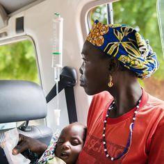 Le petit Rouai, atteint de paludisme, dans les bras de sa maman. _________ #MSF #Niger #Dungass #Paludisme #Bébé #Maman _________ Photo © Louise Annaud/MSF