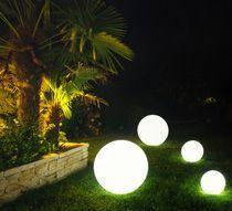 Grace A Cette Boule Lumineuse Led 30 Cm Creez Dans Votre Jardin Une Ambiance Chic Le Jour Feerique La Nuit Avant Boule Lumineuse Lampadaire Jardin Jardins