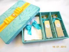 Linda caixa kit lembrança para padrinhos de casamento ou batizado. O kit inclui: 01 caixa 01 toalhinha de lavabo 01 hidratante (frasco de plástico) 01 sabonete líquido (frasco de plástico) Temos outras opções de tecidos R$ 83,00