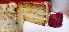 Vanillecreme-Torte mit Eierlikör im Teig, einer cremigen Pudding-Füllung und fruchtigem Erdbeer-Spiegel ganz einfach selbst backen mit Video-Anleitung.