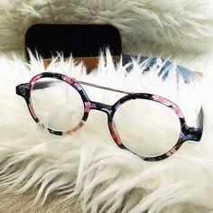 Changement total avec ces nouvelles lunettes @komono ! Changement de forme et de couleurs. Toujours le même amour pour les lunettes. Presque autant que j'aime ma frange c'est dire. 😏  #Fringinto #FashionBlogger #FrenchBlogger  #FrenchGirl #BlogMode #BlogueuseMode #OOTD #OutfitOfTheDay #Valence #InstaMode #Inspiration #PhotoShoot #InstaFashion #Look #Glasses #GlassesAddict #Komono #MadeInBelgium
