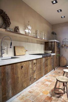 Het is allang niet meer alleen mogelijk om hout als een vloer te verwerken in je huis. Deze schitterende keuken is er een uitstekend voorbeeld van. Het hout is verwerkt in de voorkant van de keukenkastjes.