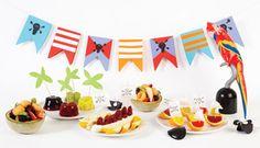uma mesa pirata cheia de frutas