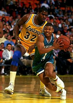 Magic Johnson and Muggsy Bogues (Charlotte Hornets) Basketball Jones, I Love Basketball, Basketball Pictures, Basketball Legends, Sports Pictures, Basketball History, Larry Bird, Nba Stars, Sports Stars