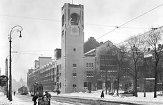 January 27, 1942. Winter in Amsterdam during German occupation. The photo was shot at Damrak. On the right the Beurs van Berlage, in the background Central Station. #amsterdam #worldwar2