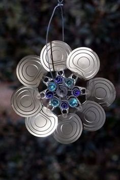 Soup can lids become wind spinners and sun catcher for inside, porch, or yard art. **These lids are the kind that pull off the top of cans. Tin Can Crafts, Metal Crafts, Crafts To Make, Fun Crafts, Soup Can Crafts, Garden Crafts, Garden Projects, Projects To Try, Yard Art Crafts