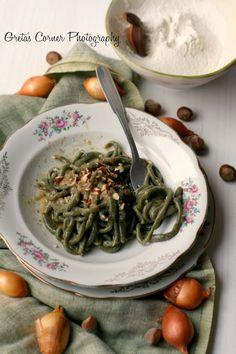 pici al broccolo nero con salsa di cipolle e nocciole di collina