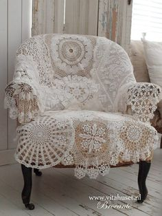 Vintage Retro Style Cover an old chair with vintage crocheted doilies, sewn together ~ 18 DIY Shabby Chic Home Decorating Ideas on a Budget - In this article we have collected 18 different DIY shabby chic decor ideas for those, who Love The Retro Style. Shabby Chic Mode, Casas Shabby Chic, Shabby Chic Style, Shabby Chic Decor, Rustic Decor, Shabby Chic Bedrooms On A Budget, Shabby Chic Chairs, Boho Chic, Country Decor