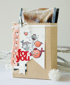 Stampin' Cards and Memories: Mini Treat Bag Thinlits Dies, Tutorial showing you how to create a box from the bag die components. You will need to use a translate utility if you want to view in English.