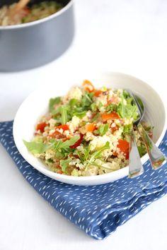Couscoussalade met feta (2 personen): 150 gr couscous - 75 gr feta - 3 bosuien - 3 geroosterde paprika's en/of een bakje cherrytomaatjes - 50 gr rucola - 2 el pijnboompitten - scheutje olijfolie - zout en peper - halve tl paprikapoeder - half bouillonblokje (groenten)