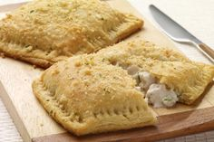 Hit a homerun with the family tonight with these homemade pockets of hot, savory turkey in a creamy sauce. Great for cooking with leftovers, this great American dinner is extremely kid-friendly. Low Carb Recipes, Baking Recipes, Jennie O, Cream Cheese Crescent Rolls, Individual Pies, Turkey Recipes, Turkey Meals, Breaded Chicken, Creamy Sauce