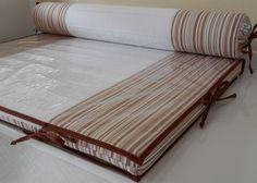 Trocador para cômoda confeccionado em tecido 100% algodão, com zíper para facilitar a retirada da capa. <br>Enchimento em espuma laminada de 3cm e forro em tnt. <br>Protetor em plástico cristal com viés em tecido 100% algodão e cordinhas para fixação que permitem a retirada para limpeza da peça. <br> <br>Rolo confeccionado em tecido 100% algodão, enchimento em espuma tubo de 10cm de diâmetro forrada em tnt. <br>Capa removível que facilita a lavagem da peça. <br> <br>*As cores podem ser…