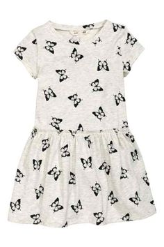 Shop kids clothing and baby clothes at H&M – We offer a wide selection of children's clothing at the best price. Frocks For Girls, Girls Dresses, Toddler Outfits, Kids Outfits, Dress Anak, Short Sleeve Dresses, Dresses With Sleeves, Junior, S Girls
