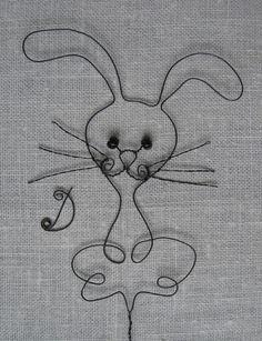 Zajíček Zajíček je vyroben z černého drátu. Celková výška zajíčka je přibližně 14 cm. Výška i se zápichem je 26 cm. Lze objednat také jen zajíčka bez zápichu. Jedná se o ruční práci, hotový výrobek se může od fotografie lišit. Inspirován předlohou časopisu Praktická žena.