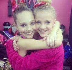 Paige Hyland and Maddie Ziegler from lifetimes hit show Dance Moms! Dance Moms Facts, Dance Moms Dancers, Dance Mums, Dance Moms Girls, Brooke Hyland, Photography Winter, Dance Photography, Alvin Ailey, Maddie Ziegler