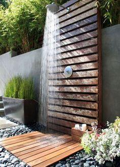 Une douche de jardin au style japonisant