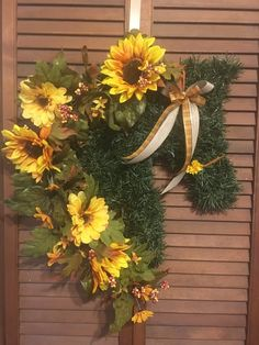 Lovely horse wreath adorned with sunflowers and berries. Burlap and plaid ribbon bow to dress the bridle. Optional burlap bow for the neck . Meticulously hand woven with quality artificial pine garland. Burlap Bows, Ribbon Bows, Horse Head Wreath, Pine Garland, Dressage Horses, Wreath Fall, Creative Gifts, Craft Supplies, Hand Weaving