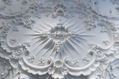 Investigating the rich tradition ofdecorative plasterwork, from the Rococo Foundling Hospital Court Room, to modern master craftsmanGeoffreyPreston.