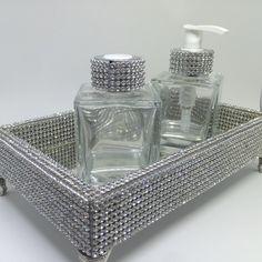 Lindo Kit Lavabo composto por 3 peças:  - uma bandeja revestida em strass e espelho. Possui ainda pés de metal prata. Dimensões da bandeja: Largura 13cm Comprimento 20 cm  - um porta sabonete líquido em vidro com detalhes em strass. Largura 5,5 cm x altura 10 cm  - um difusor em vidro com detalhe...