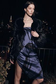 Na modnom vrhuncu - Asimetrična haljina i bunda čine savršen večernji autfit.