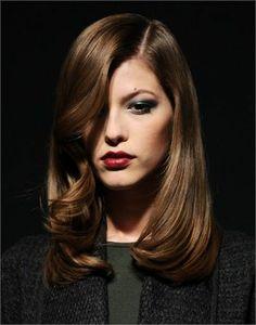 Taglio medio con ciuffo ondulato #capellilunghi #Longhair #hairstyles #taglicapelli2014 http://donna.nanopress.it/bellezza/i-tagli-di-capelli-piu-fashion-per-il-2014-foto/P393505/